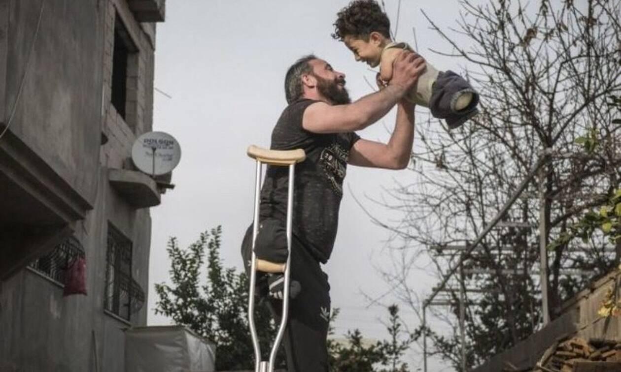 H φωτογραφία της χρονιάς: Η αγάπη πατέρα και γιου, σύμβολο ελπίδας στη φρίκη του πολέμου της Συρίας