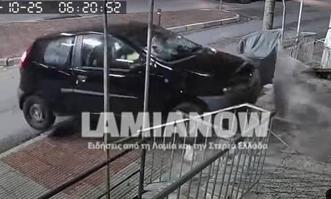 Τροχαίο στη Λαμία: Βίντεο ντοκούμενο με αυτοκίνητο που «καρφώνεται» σε μάντρα