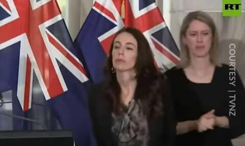 Σάλος στη Νέα Ζηλανδία από την «αγενή» πρωθυπουργό – «Πέταξε» στην άκρη τη διερμηνέα στη νοηματική