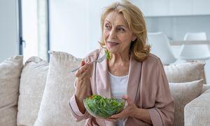 Διατροφή μετά τα 60: Οι 18 τροφές που πρέπει να αποφεύγετε (video)