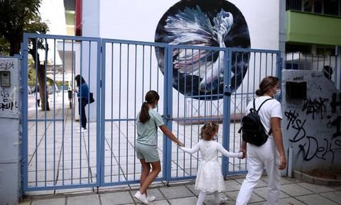 Κορονοϊός: «Σαρώνει» τα σχολεία η πανδημία – 1 στα 4 κρούσματα αφορά σε παιδιά