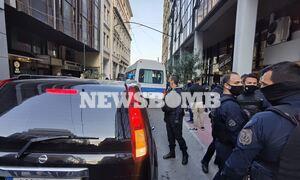 Καταδίωξη στο Πέραμα: Στα δικαστήρια υπό δρακόντεια μέτρα οι 7 αστυνομικοί - «Ήρωες», τους φώναζαν