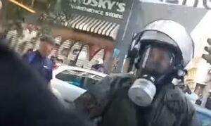 Εξάρχεια: Διατάχθηκε έρευνα για τον αστυνομικό που σπάει τζαμαρία και λέει «είμαι τρελός»