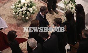 Κηδεία Φώφη Γεννηματά: Συγκινημένη η Ντόρα Μπακογιάννη - Η μεγάλη αγκαλιά στα παιδιά της Φώφης