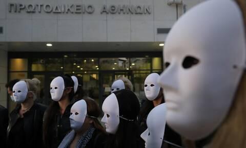 Ιωάννα Παλιοσπύρου: Με μάσκες όλοι οι φίλοι της- Συγκινητικές εικόνες στα Δικαστήρια